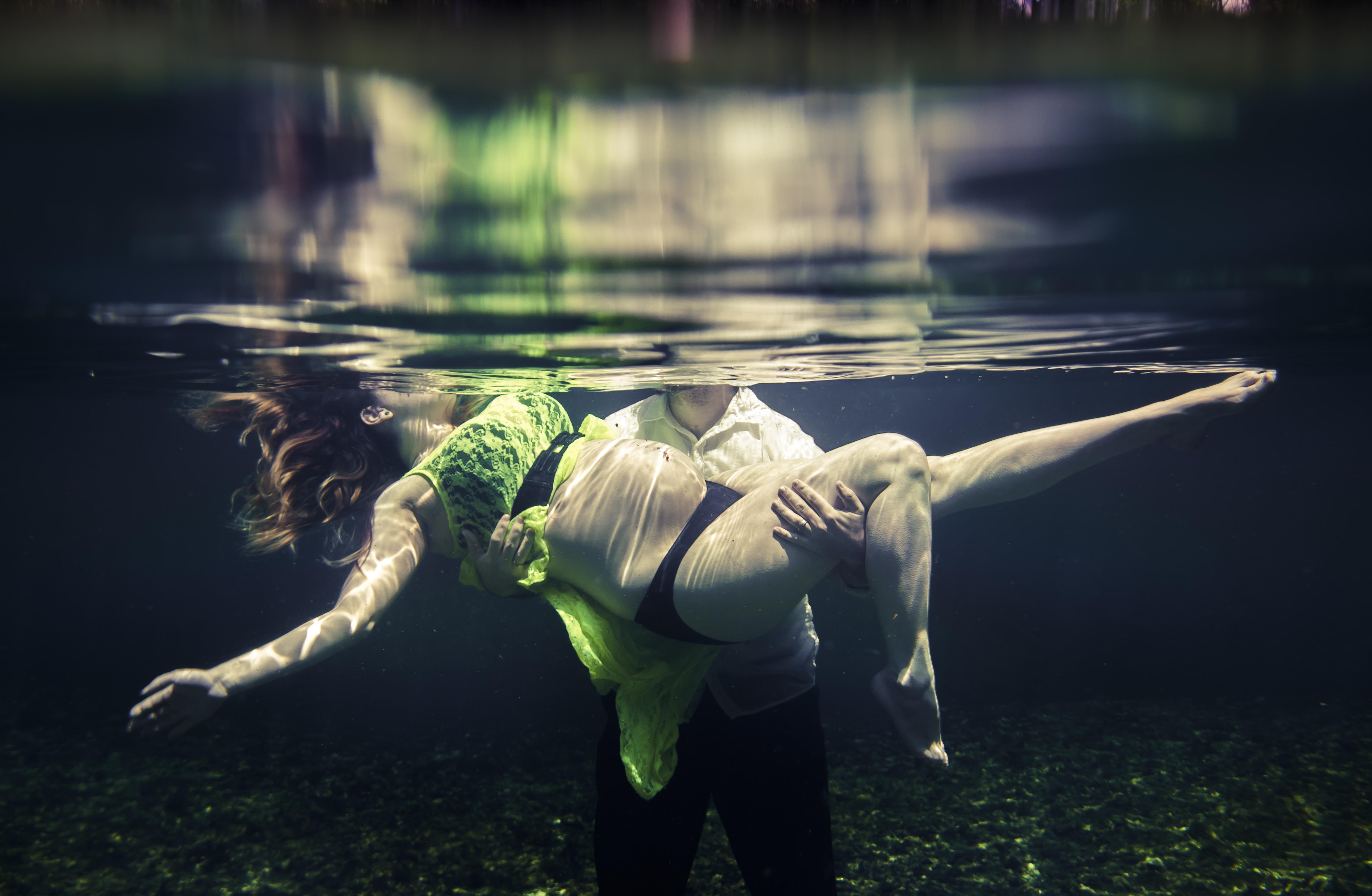 Underwater-maternity-couple
