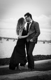 husband-wife-windy-kiss
